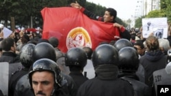 民众星期五聚集在突尼斯内政部外