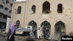 Seorang pria berjalan melewati museum Raqqa di kota utama Negara Islam (ISIS) yang rusak akibat serangan udara tentara Suriah (25/11).