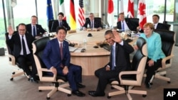 Japanese Prime Minsiter Shinzo Abe, foreground center left, and U.S. President Barack Obama, foreground center right, smile at photographers with other leaders of Group of Seven industrial nations. (Pool via AP)