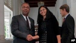 Ngoại trưởng Sri Lanka Mangala Samaraweera (trái) và Trợ lý Ngoại trưởng Mỹ Nisha Biswal tại Colombo, Sri Lanka, ngày 25/8/2015.