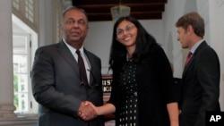 Menlu Sri Lanka Mangala Samaraweera (kiri) berjabat tangan dengan Asisten Menlu AS Urusan Asia Selatan dan Tengah, Nisha Biswal di Kolombo, Sri Lanka, Selasa (25/8).