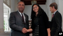 Foreign Minister of Sri Lanka Mangala Samaraweera, left, and U.S. Assistant Secretary of State Nisha Biswal meet in Colombo, Sri Lanka, Aug. 25, 2015. Assistant Secretary of State for Democracy, Human Rights and Labor Tom Malinowski is at right.