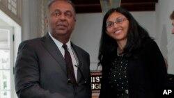 Ministro dos Negócios Estrangeiros do Sri Lanka, Mangala Samaraweera (esq) e a Secretária de Estado Assistente Nisha Biswal, em Colombo, Sri Lanka
