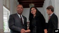 Bộ trưởng Ngoại giao Sri Lanka Mangala Samaraweera, trái, và Trợ lý Ngoại trưởng Nisha Biswal trước cuộc họp báo ở Colombo, Sri Lanka, ngày 25/8/2015.