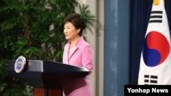박근혜 한국 대통령이 6일 청와대 춘추관에서 취임 후 첫 신년 내외신 기자회견을 갖고 집권 2년차 국정운영 구상을 발표하고 있다.