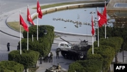 Бронетехника и солдаты на улицах столицы Туниса. 16 января 2011 года
