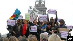 Biểu tình trước tháp Eiffel, Pháp, kêu gọi đưa các nữ sinh trở về an toàn