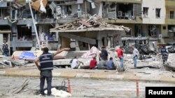 Поліцейські на місці вибуху в місті Мідьят після бомбової атаки