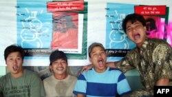 Nhóm Mở Miệng chủ trương nhà xuất bản Giấy Vụn, nhà xuất bản độc lập tại Việt Nam vừa được Internationl Publishers Association trao tặng giải Freedom to Publish 2011 tại Hội sách Quốc tế tại Buenos Aires, Argentina. Từ trái: Bùi Chát, Khúc Duy, Lý Đợi, và