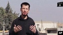 Wartawan foto Inggris, John Cantlie dalam video propaganda ISIS (foto: dok).