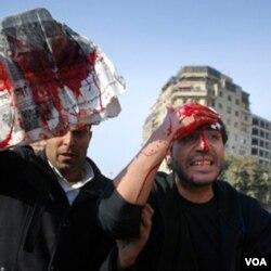 Demonstran anti pemerintah terluka dalam bentrokan dengan pendukung Mubarak di Kairo (2/2).