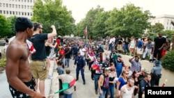 抗議取下邦聯旗幟的3K黨示威者與支持摘旗者相互吶喊