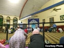 Hasna Fadhilah melakukan ibadah Ramadan di masjid terdekat di Washington DC (foto: courtesy).