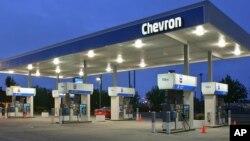 En las diferentes gasolineras, el precio de combustible varía tan solo por uno o dos centavos de dólar.