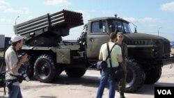 """今年俄羅斯武器出口展中展出的""""冰雹""""火箭炮是當年的蘇軍和現在的俄軍的常規裝備。烏克蘭東部的交戰雙方都在使用。(美國之音白樺 拍攝)"""