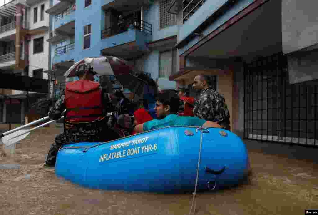 Warga dievakuasi oleh tentara dari kawasan yang dilanda banjir di Kathmandu, Nepal.