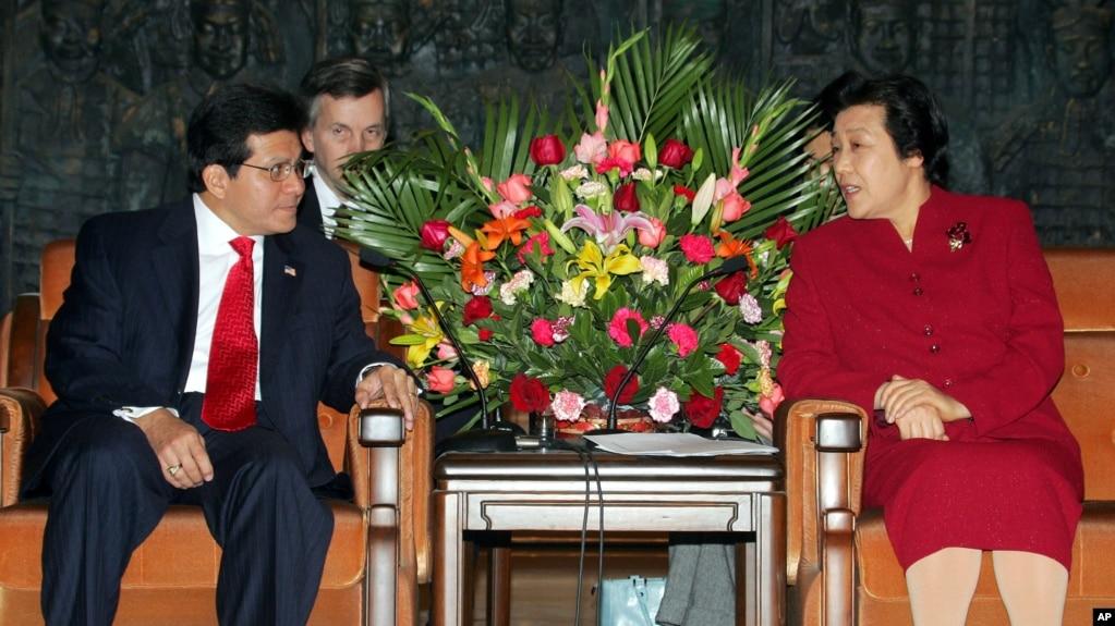 2005年11月18日,中国司法部长吴爱英在北京会见美国总检察长(司法部长)阿尔贝托·冈萨雷斯(Alberto Gonzales)。2017年10月14日,中共官方透露吴爱英被开除党籍。