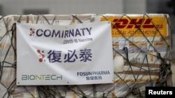 上海復星醫藥集團代理的美德合作研發的新冠疫苗輝瑞(复必泰)運抵香港國際機場。(2021年2月27日)