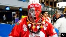 """Un aficionado llega ataviado para el segundo juego del torneo, en Buffalo, N. York. Su vicha lee """"Gran loco""""."""