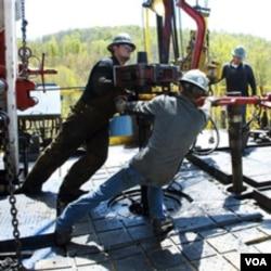Para pekerja sedang melakukan hidrolik fracturing atau fracking, salah satu metode untuk menyedot gas.
