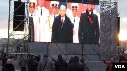 俄罗斯吞并克里米亚后举行庆祝活动。普京总统和克里米亚首脑阿克肖诺夫2014年3月在莫斯科红场的庆祝集会上。