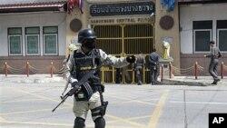 泰安全部队守卫在关押布特的监狱门前