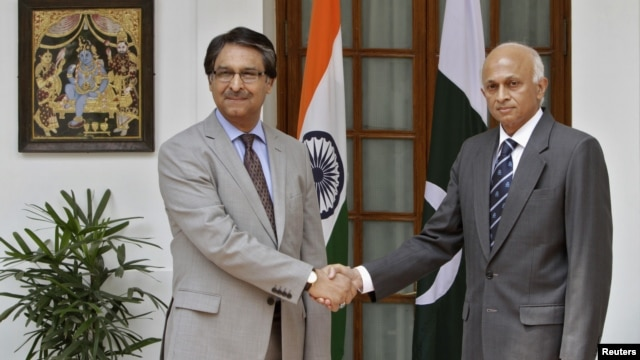 Indian Foreign Secretary Ranjan Mathai (R) shakes hands with his Pakistani counterpart Jalil Abbas Jilani during a photo opportunity in New Delhi, July 4, 2012.
