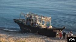 Северокорейская шхуна, выброшенная на берег бухты Патрокл во Владивостоке