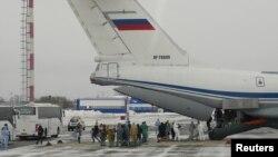 Hành khách rời khỏi một máy bay quân sự chở công dân Nga và các nước thuộc Liên Xô cũ ra khỏi thành Phố Vũ Hán (ảnh chụp ngày 5/2/2020 tại Phi trường Quốc tế Roschino, bên ngoài Tyumen, Nga)