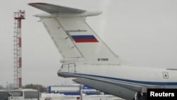 Un avion militaire russe fait atterrir du personnel après un vol en provenance de Wuhan le 5 février 2020. (Yuri Shestak/Vsluh.ru/Handout via REUTERS)