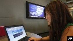 南加州大学校园内学生在电脑上查看推特网页(资料照片)