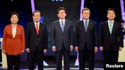 (L-R) Sim Sang-jung, candidate of the leftist Justice Party, Hong Joon-pyo, candidate of the conservative Liberty Korea Party, Yoo Seung-min, candidate of the conservative Bareun Party, Moon Jae-in, candidate of the liberal Democratic Party of Korea and Ahn Cheol-soo, presidential candidate of the centrist People's Party, pose for photographers prior their joint debate forum for the 09 May presidential election at a TV station in Seoul, South Korea, 19 April 2017.