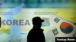 지난해 3월 한국 파주시 판문점 인근 통일전망대에서 관광객이 한반도 지도 앞을 지나고 있다. (자료사진)