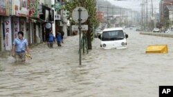 Topan yang melanda Semenanjung Korea menyebabkan banjir di Korea Selatan (30/8). Korea Utara melaporkan sedikitnya 48 tewas dan puluhan ribu kehilangan tempat tinggal.