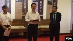 台湾行政院发言人童振源(中间站立者)7月11日下午在行政院贵宾厅会见外媒记者(美国之音林枫拍摄)