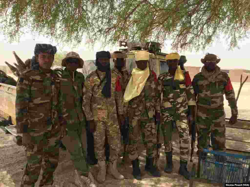 Des militaires tchadiens posent pour VOA Afrique devant l'école de Bosso dans la région de Diffa, Niger, le 19 avril 2017 (VOA/Nicolas Pinault)
