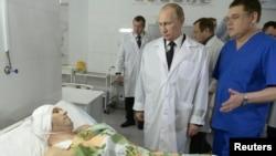 Presiden Rusia Vladimir Putin mengunjungi korban luka-luka yang dirawat di rumah sakit Volgograd, Rabu (1/1).