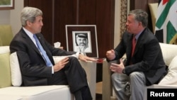 27일 존 케리 미국 국무부 장관(왼쪽)이 요르단 암만의 알 후마르 궁에서 킹 압둘라 국왕과 면담하고 있다.