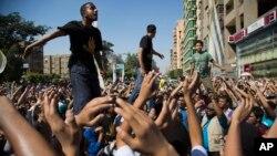 11일 이집트 수도 카이로에서 무르시 전 대통령 지지자들이 군부에 반대하는 시위를 벌이고 있다.
