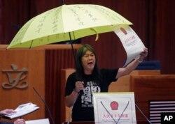 지난해 10월 12일 홍콩 입법회 본회의 취임식 현장에서 우산을 쓴 채 주장을 펼치고 있는 렁쿽훙 사회민주연선 주석.