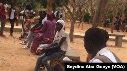 Des candidats aux examens du baccalauréat attendent à la cour du Lycée Blaise Diagne à Dakar, Sénégal, 5 juillet 2017. (VOA/ Seydina Aba Gueye)