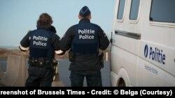 Cảnh sát Bỉ phát hiện tám người Việt Nam bên trong một chiếc xe tải gần thị trấn duyên hải Newport. Một người đàn ông gốc Việt đã bị kết án hơn 3 năm tù vì đưa lậu những người này vào Bỉ. (Screenshot of Brussels Times - Credit: © Belga)