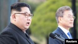 김정은 북한 국무위원장과 문재인 한국 대통령이 지난 4월 27일 남북정상회담을 마친 후 판문점 공동선언문을 발표하고 있다.
