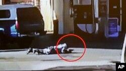 Imagen tomada de un video en que se ve a Nicholas Robertson tirado en el suelo con su pistola. La foto fue divulgada por la Oficina del Alguacil del condado de Los Angeles.