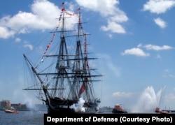 지난 2013년 독립기념일을 맞아 매사추세츠주 보스턴항에서 축포 21발을 발사하고 있는 미 해군 범선 순양함 '컨스티튜션'함.