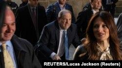Ông Harvey Weinstein (giữa) đến Toà án Hình sự New York ngày 24/2/2020.