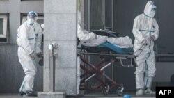 Para petugas medis membawa pasien ke Rumah Sakit Jinyintan yang menjadi pusat perawatan para pasien yang terinfeksi virus mirip SARS, di Wuhan, Provinsi Hubei, China, 18 Januari 2020.