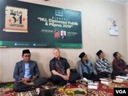 "Dari kiri: Ketua Lakpesdam PBNU Rumadi Ahmad, James Hoesterey dalam Diskusi ""NU, Diplomasi Publik dan Pilpres 2019"" di kantor Lakpesdam PBNU di Jakarta hari Rabu (1/5). (Foto: VOA/Fathiyah)"