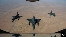 Các chiến đấu cơ Pháp vẫn tiếp tục các phi vụ ném bom đường tiếp tế và trung tâm huấn luyện của phe chủ chiến trong vùng sa mạc hẻo lánh ở đông bắc Mali