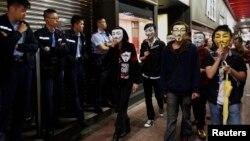 5일 홍콩 몽콕 거리에서 반중 시위대가 마스크를 쓰고 경찰 병력 옆으로 행진하고 있다.